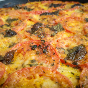 Cuketová pizza s mozzarelou, rajčaty a paprikou