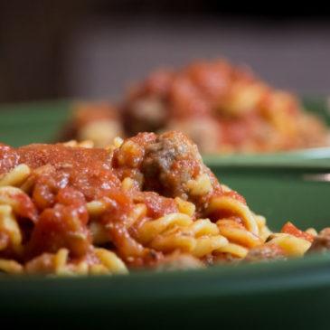 Masové koule v rajčatové omáčce s těstovinami